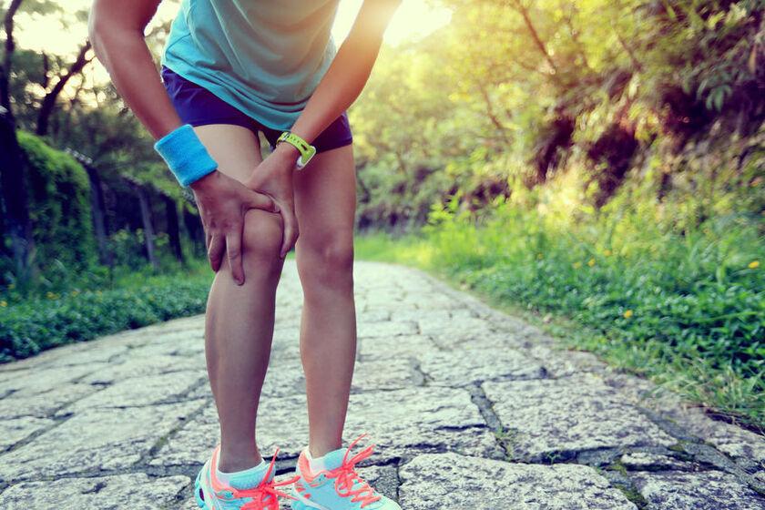 Kobietę boli kolano