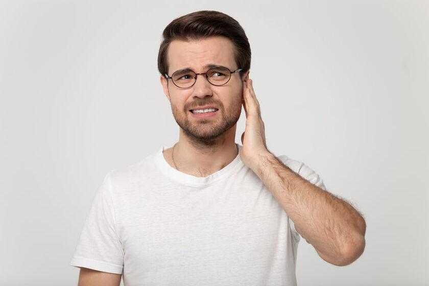 Mężczyzna cierpi na pulsowanie w uchu
