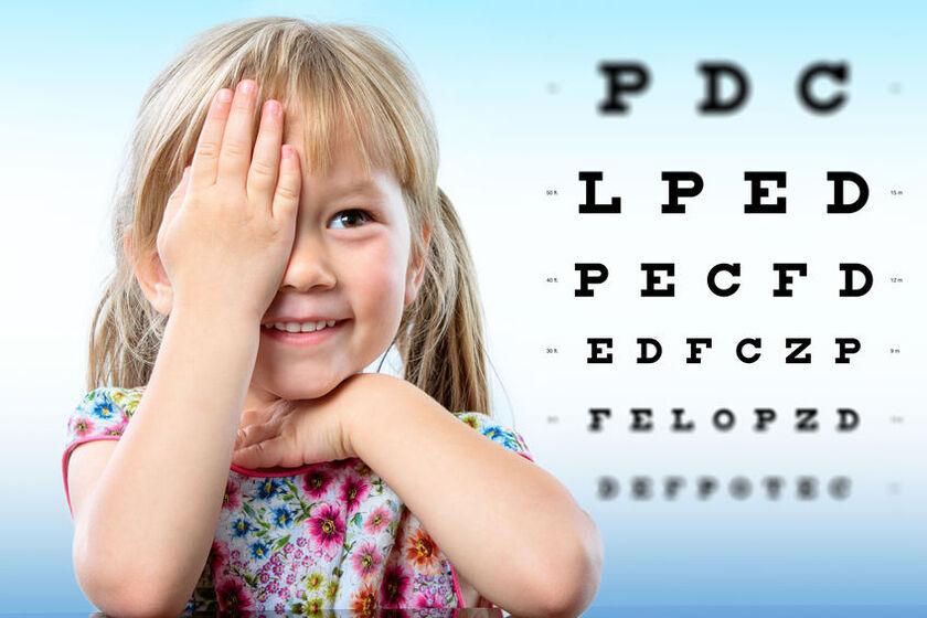 Mała dziewczynka zakrywa oko