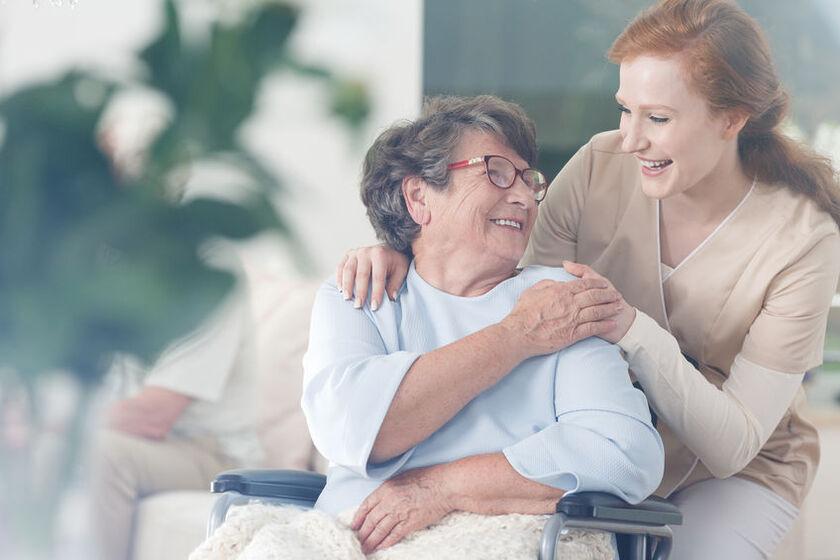 Kobieta opiekuje się starszą kobietą