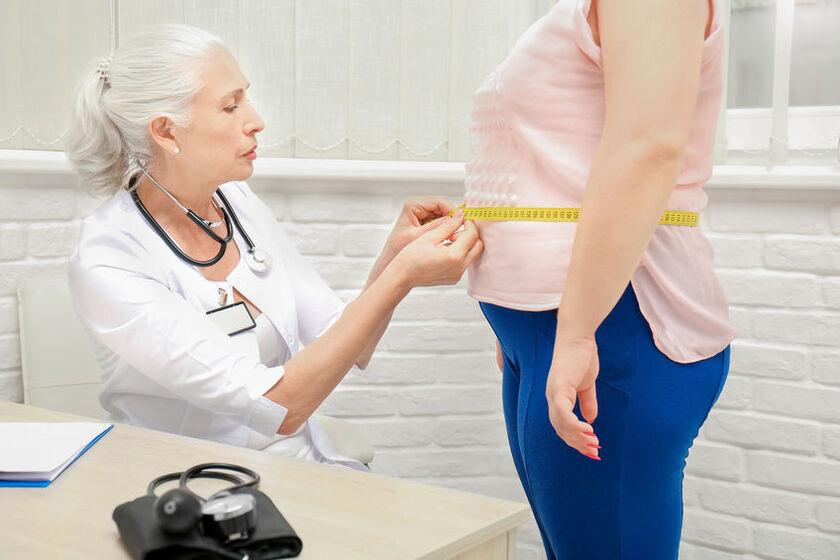Bariatra mierzy obwód brzucha