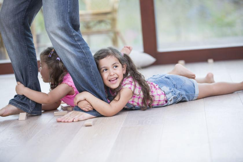 Dziewczynki trzymajątatę za nogi