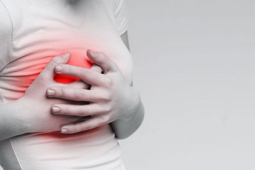 Kobieta z bólem piersi