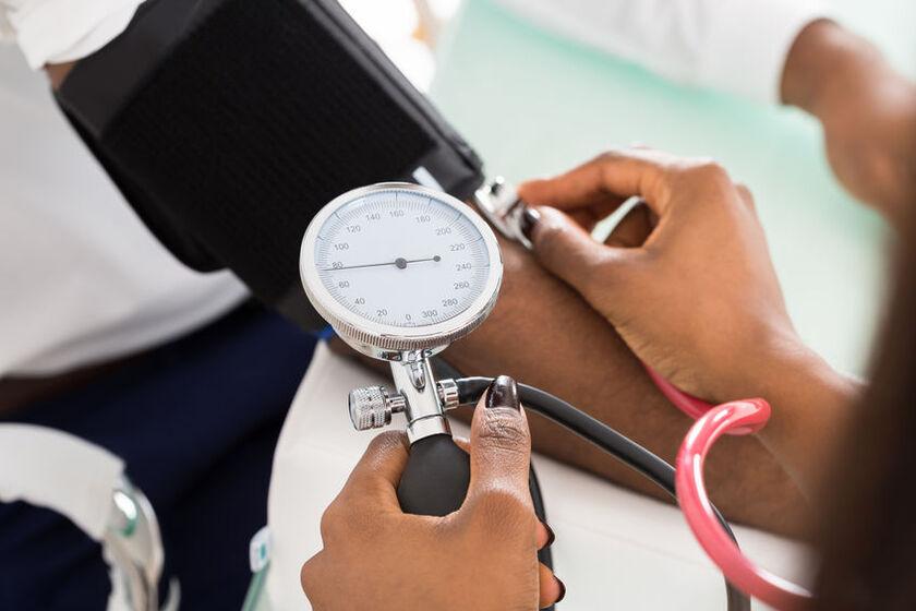 Lekarz mierzy ciśnienie krwi