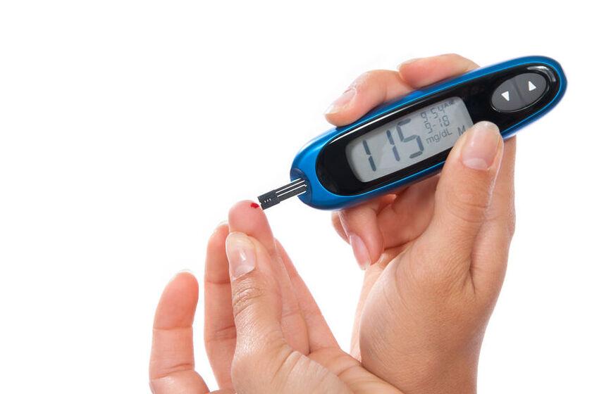 Kobieta mierzy glikemię