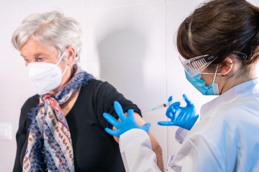 Seniorka jest szczepiona przeciwko COVID-19