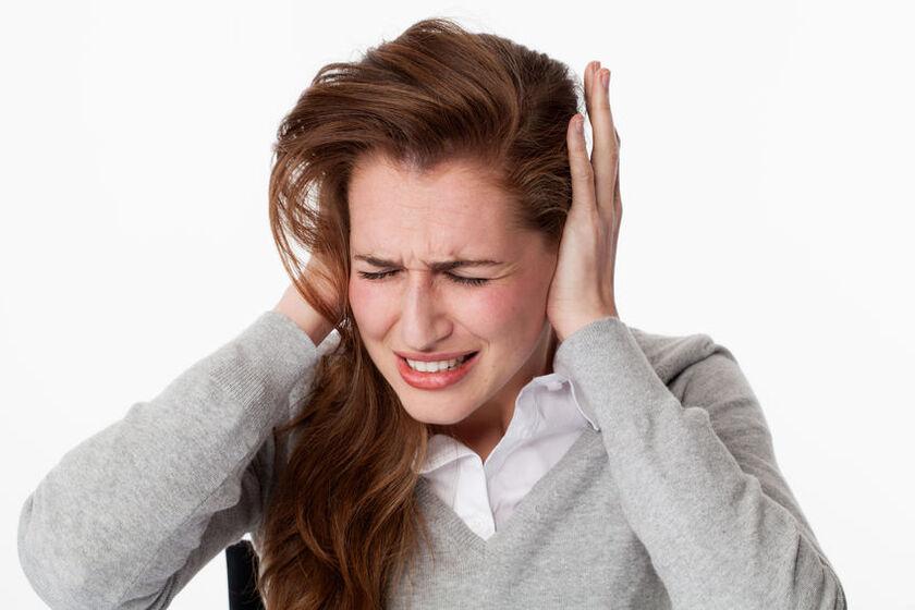 Kobieta odczuwa swędzenie w uszach