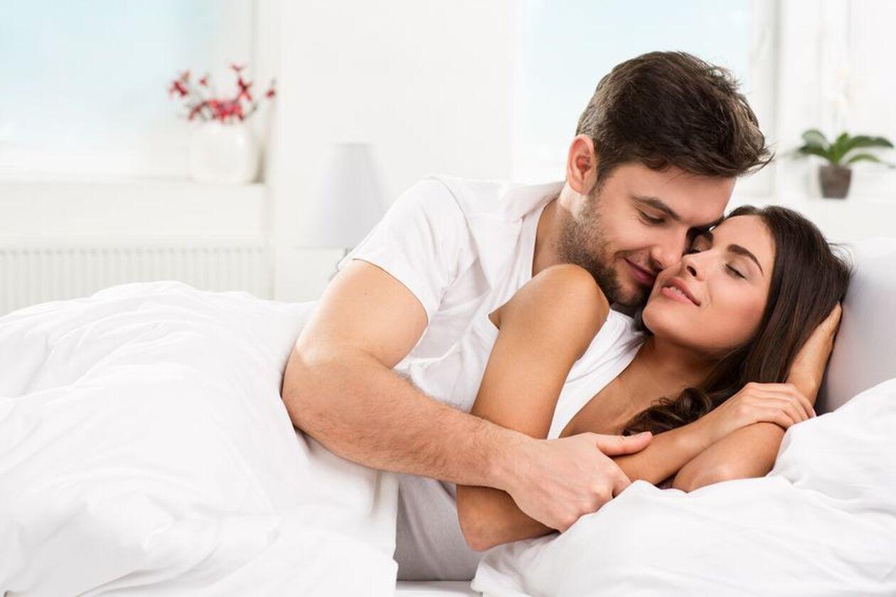 Kobieta i mężczyzna przytulają się w łóżku