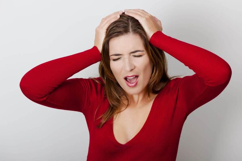 Kobieta odczuwa ból skóry głowy