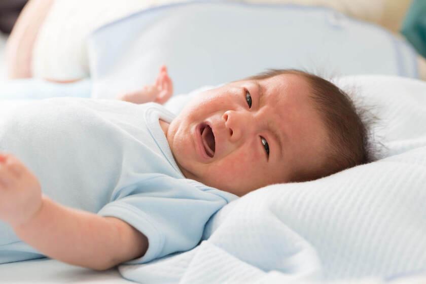 Noworodek płacze z powodu kolki