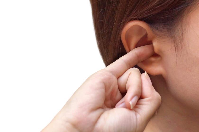Kobieta ma zatkane ucho