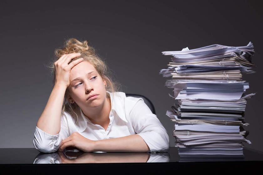 Kobieta odczuwa objawy zmęczenia psychicznego