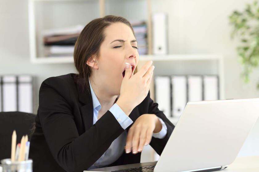 Kobieta ziewa w pracy