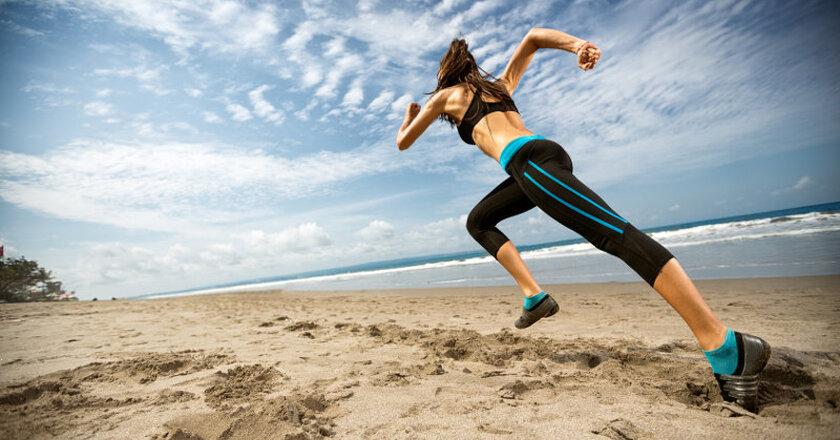 Kobieta biegnąca po plaży