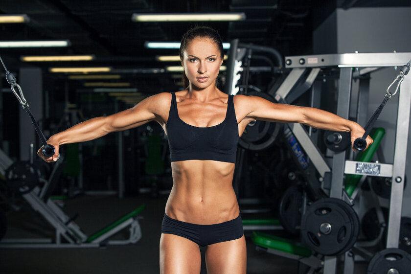 Wysportowana kobieta na siłowni