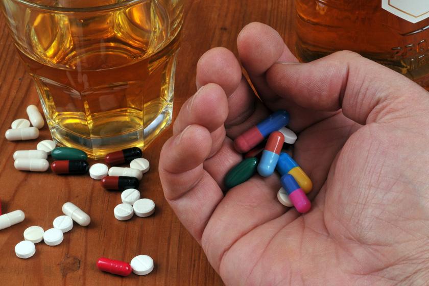 Osoba trzymająca garść leków