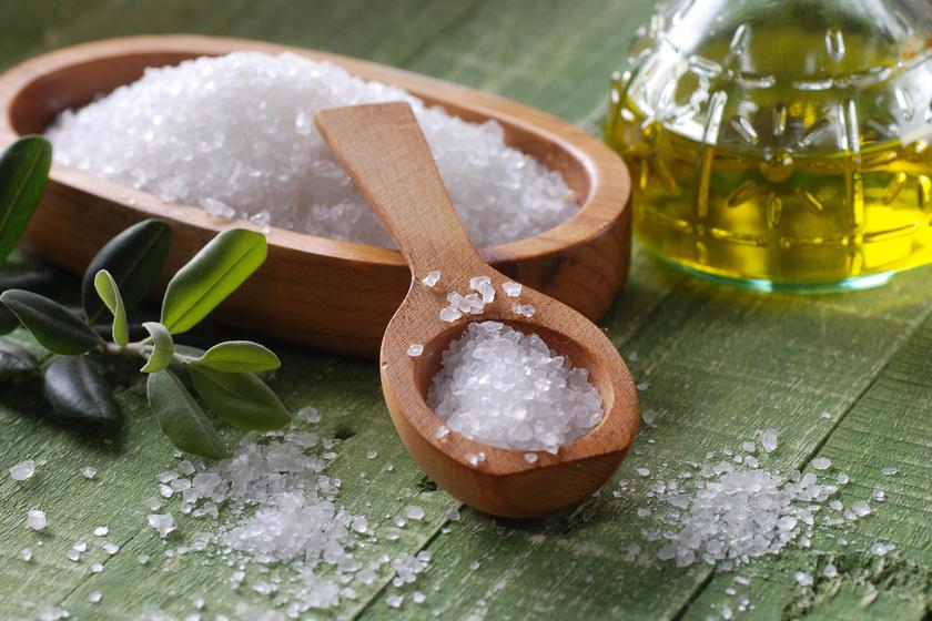 Sól w drewnianym pojemniku