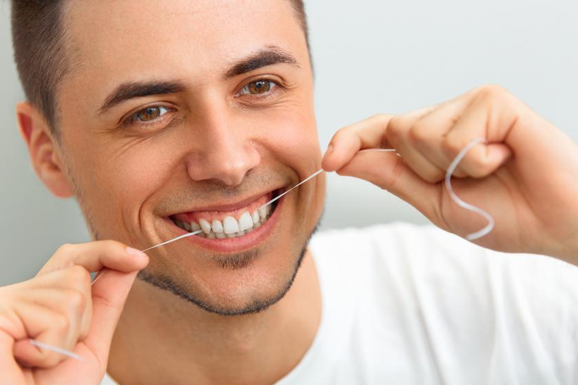 Osoba używająca nitki dentystycznjej