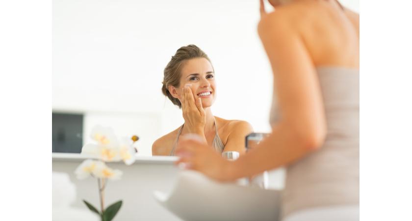 Kobieta korzystająca z kosmetyków nawilżających skórę