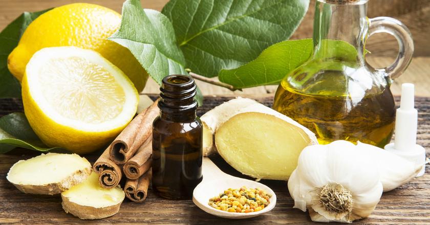 Rzeżucha, cytryna i czosnek leżące na stole