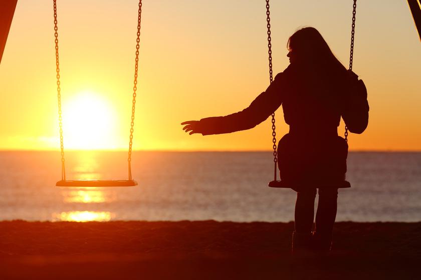 Kobieta bujająca się samotnie na huśtawce