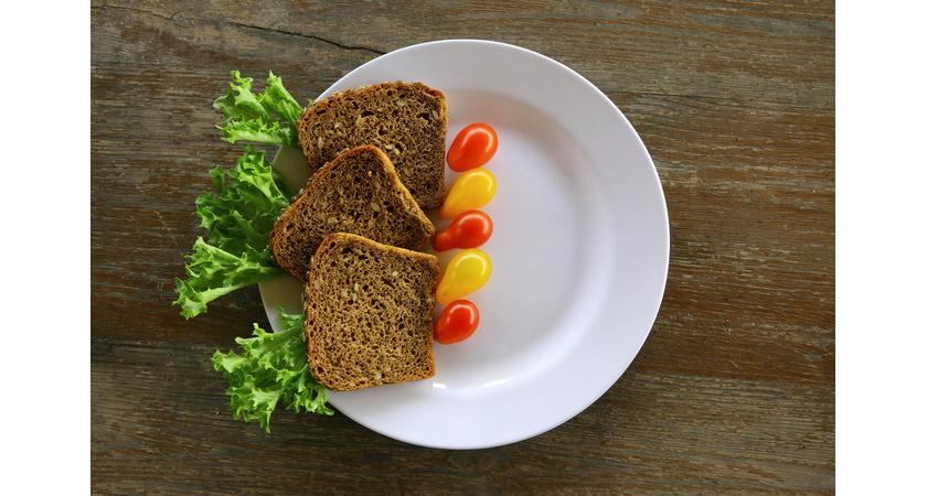 Chleb razowy i pomidorki koktajlowe