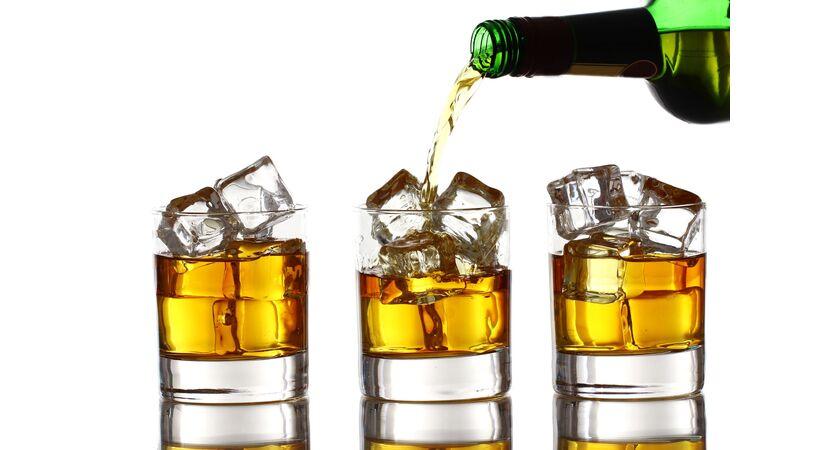 Otyła osoba spożywająca alkohol