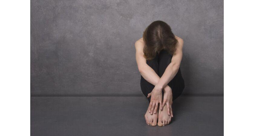 Kobieta z depresją po stosowaniu antykoncepcji
