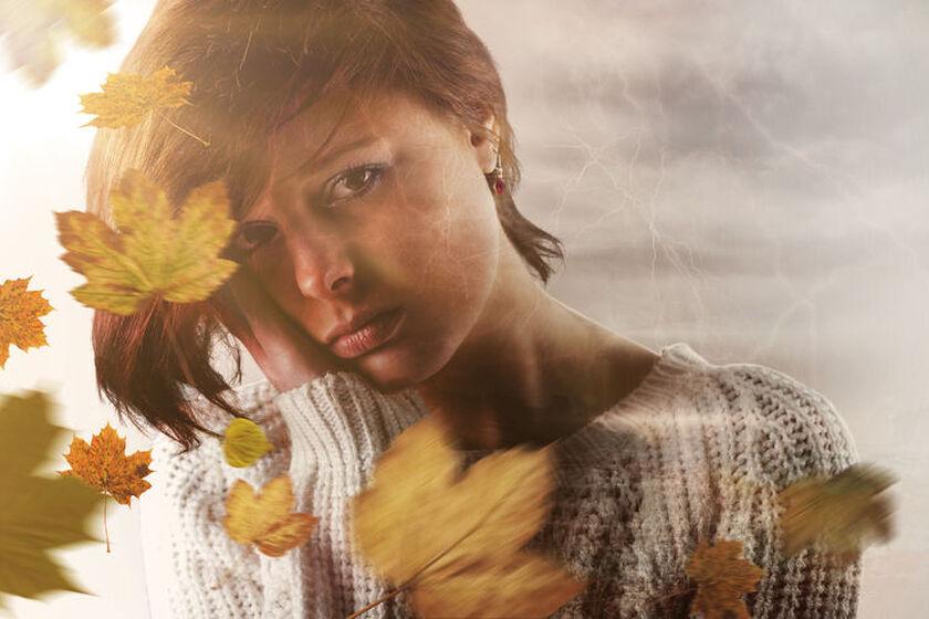 Smutna kobieta w jesiennym swetrze