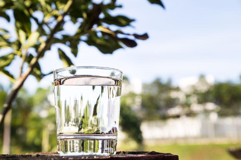 Szklanka wody alkalicznej