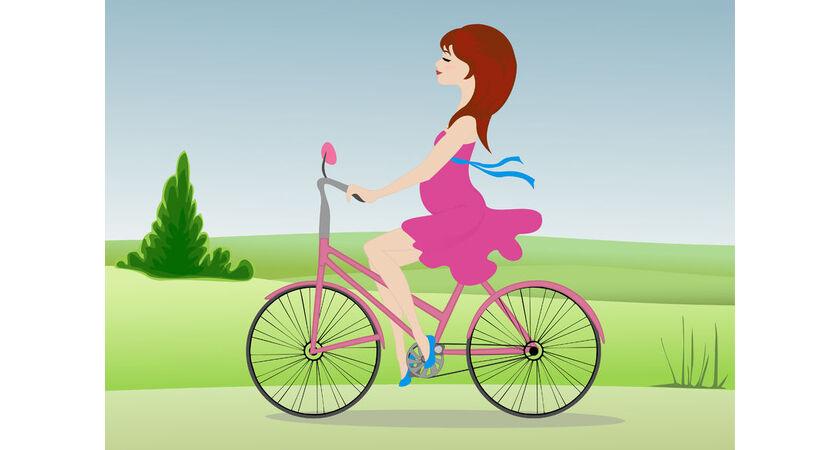 Kobieta w ciąży jadąca na rowerze