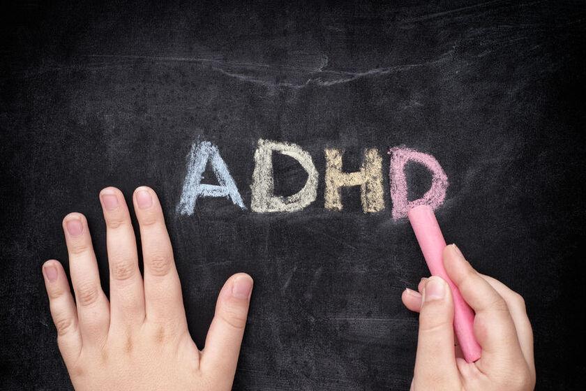 Wyraz ADHD napisany krędą na tablicy