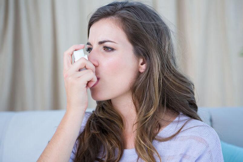 Kobieta cierpiąca na astmę