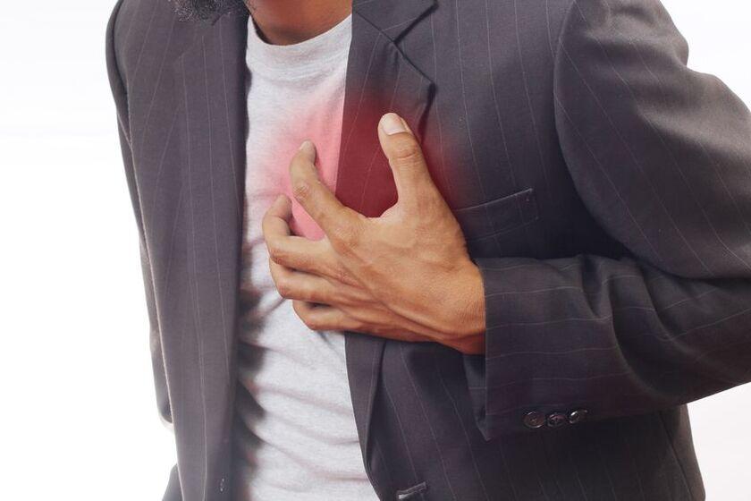 Mężczyzna trzymający się za serce