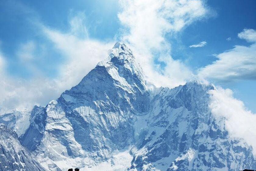 Mężczyzna wędrujący górskimi szlakami