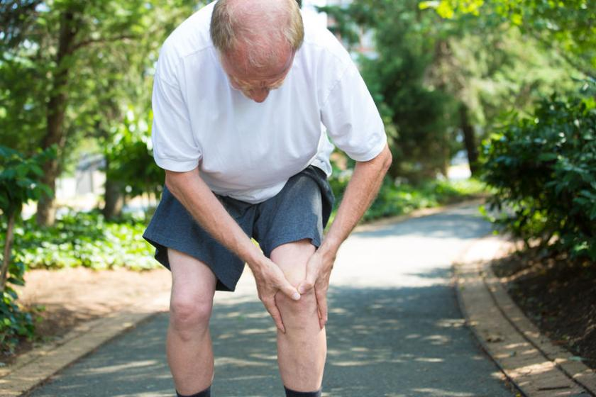 Starszy mężczyzna trzymający się za kolano