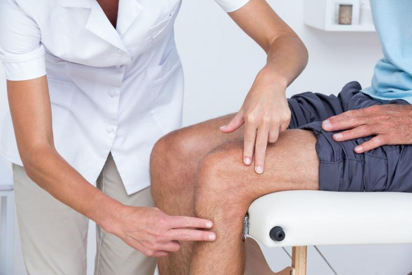 Mężczyzyna podczas badania kolana