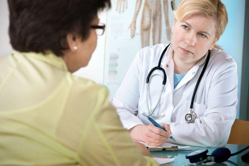 Kobieta w gabinecie lekarskim w c zasie rozmowy ze specjalistą
