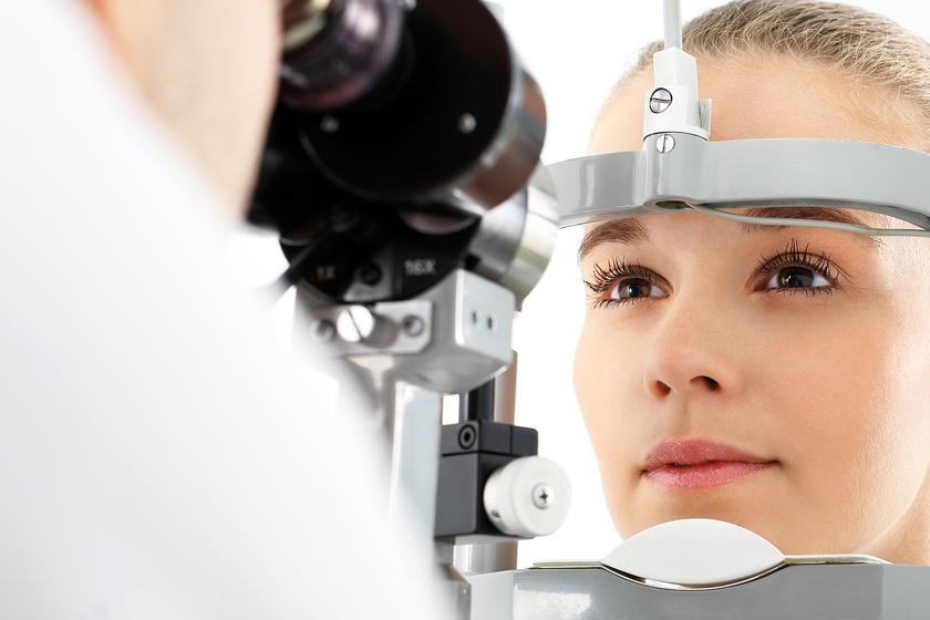 Kobieta podczas laserowego badania wzroku