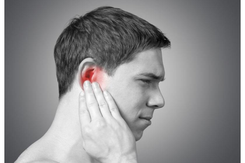 Pacjent cierpiący na zapalenie ucha zewnętrznego
