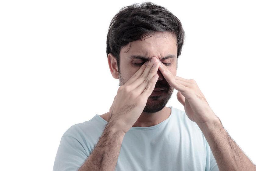 Mężczyzna z infekcją nosa