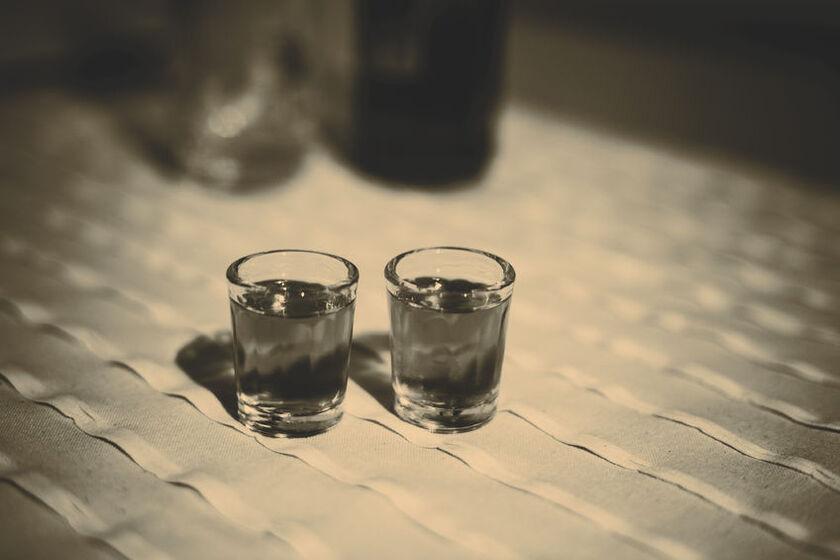 Dwa kielkiszki alkoholu z metanolem