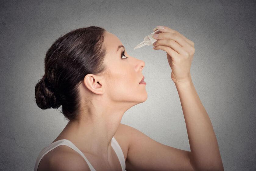 Kobieta zakrapiająca oczy