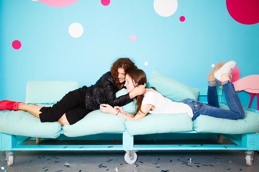 Dwie nastolatki leżące na kanapie