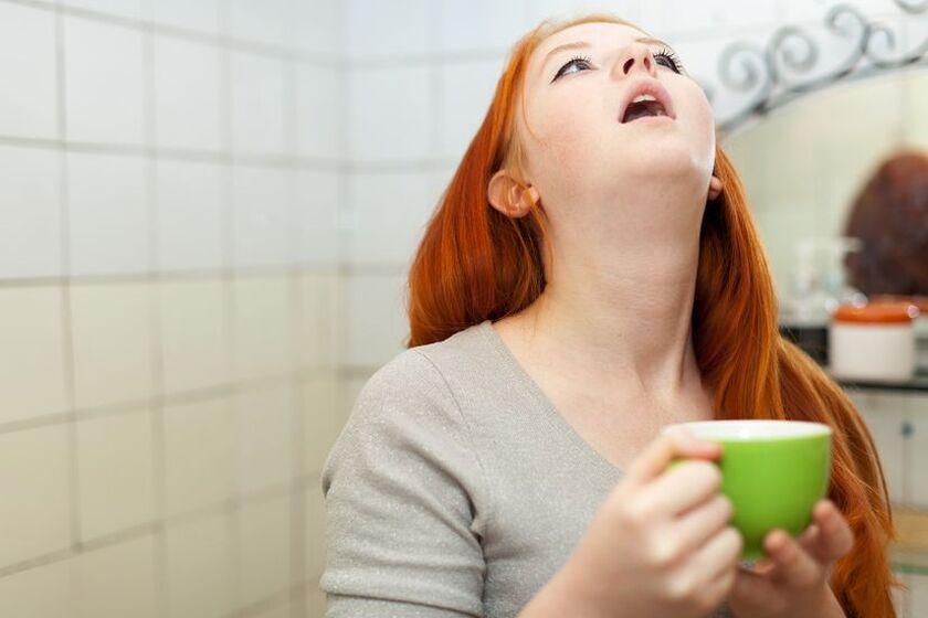 Kobieta płucze gardło wodą utlenioną