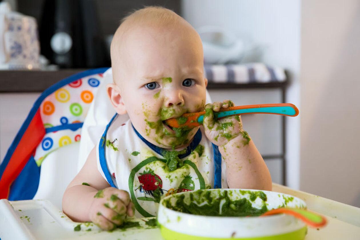 Dziecko jedzące szpinak