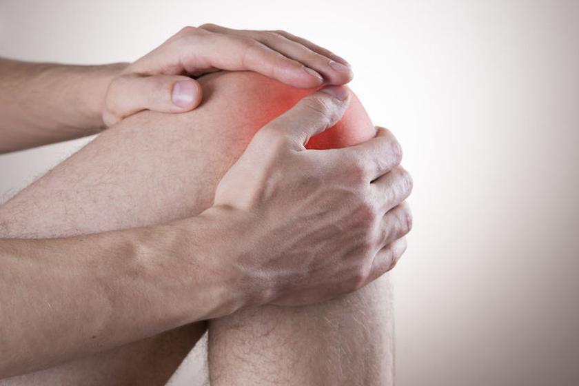 Osoba z bolącym kolanem