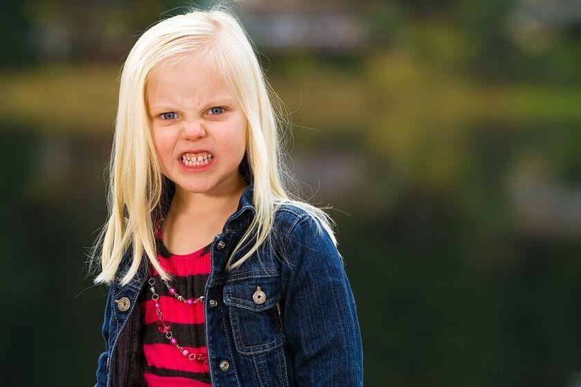 Zdenerowana dziewczynka