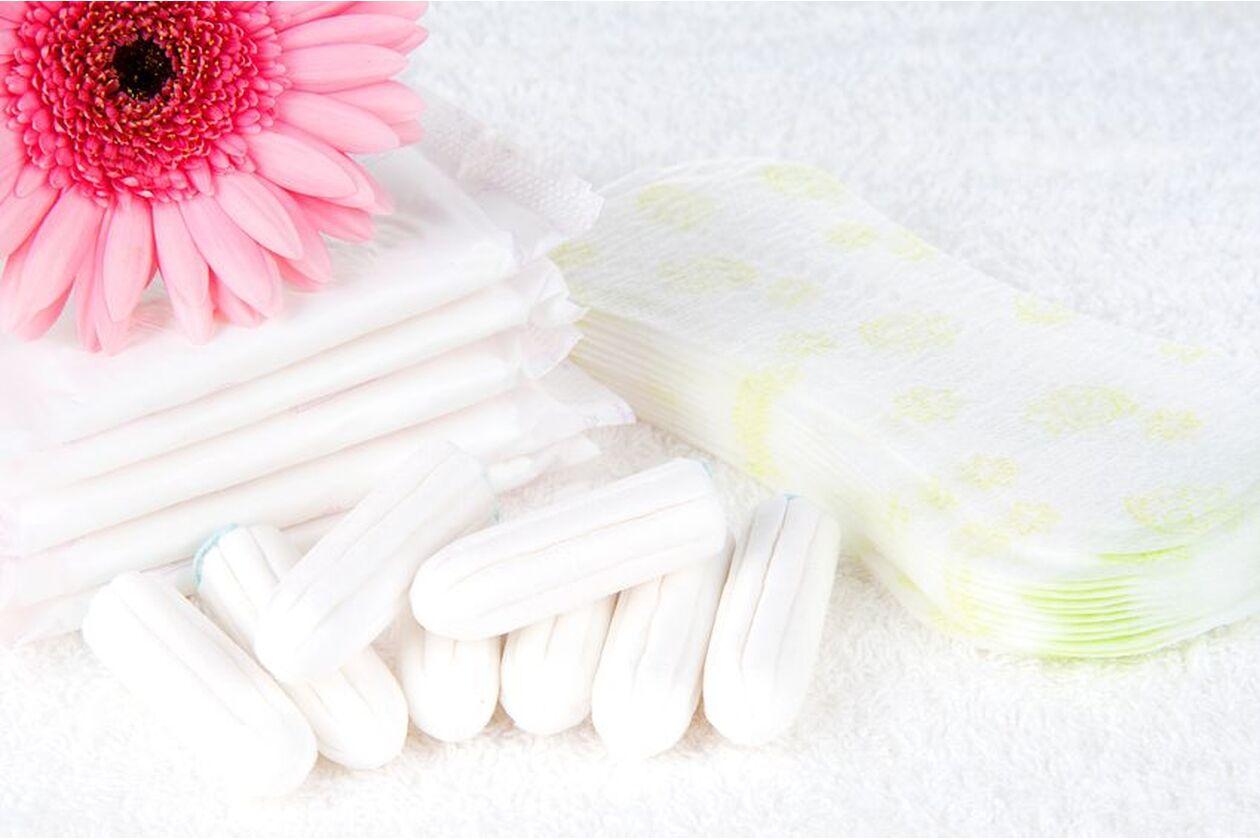 Podpaski i tampony lężace na białym ręczniku