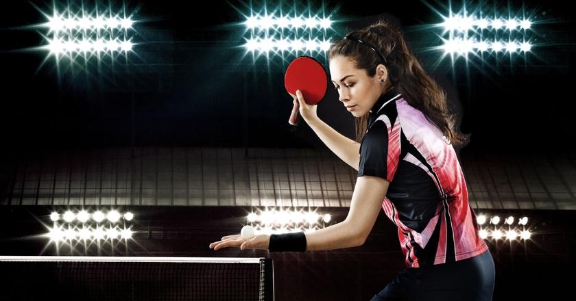 Kobieta w sportowym stroju grająca w tenisa stołowego